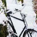 Fiets in sneeuw.