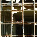 Gebroken glas, oud gebouw.