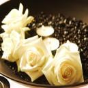 Witte bloemen en kaarsen in kom