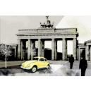 Berliner Tor, breed. Donkere kleuren, gele auto.